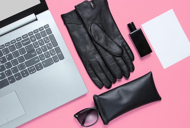 Современный ноутбук, женские аксессуары и лист белой бумаги для копирования пространства на розовом фоне. вид сверху