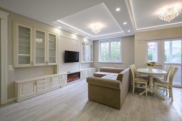 Современная большая роскошная кухня и столовая в однокомнатной квартире