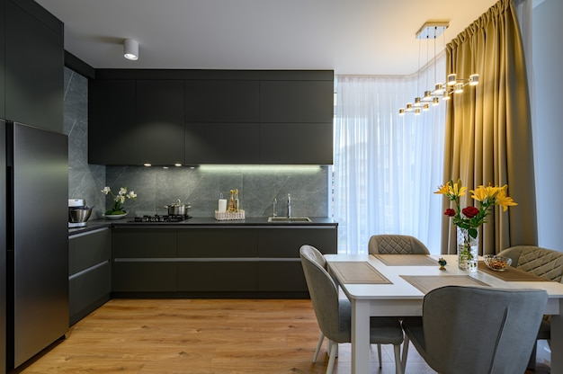 Современная большая роскошная темно-серая кухня