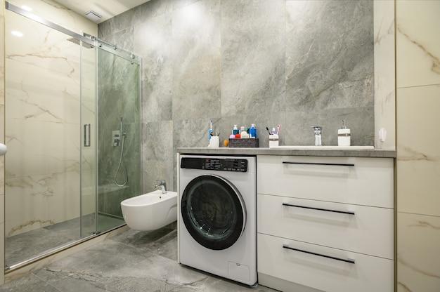 Современная большая роскошная мраморная ванная комната Premium Фотографии