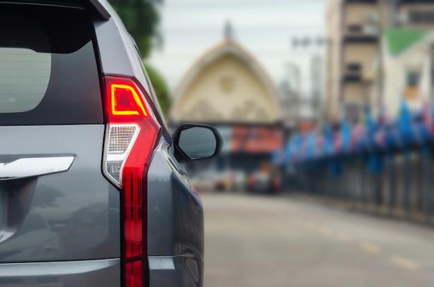 Современные светодиодные задние фонари на сером автомобиле внедорожник