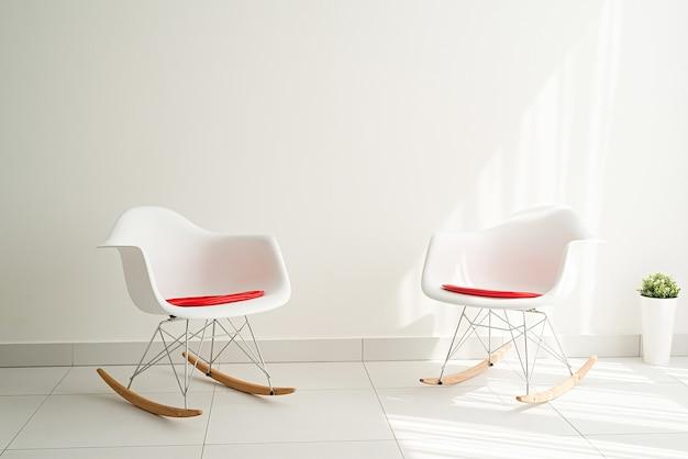 モダンで明るく風通しの良いインテリア。椅子と空の背景の壁と白い部屋
