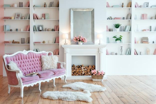 暖炉、春の花、居心地の良いピンクのソファを備えたモダンな明るいインテリア