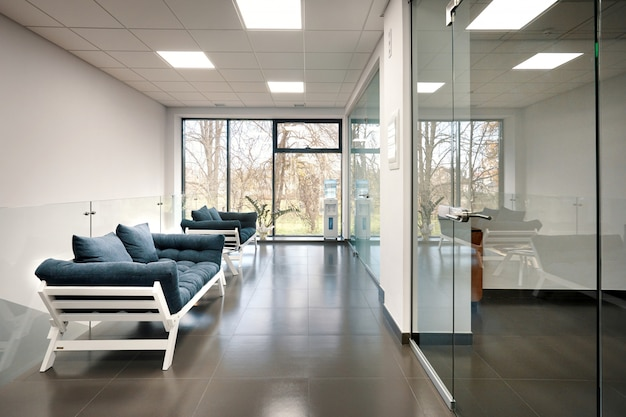 Современная светлая офисная комната со стеклянными дверями