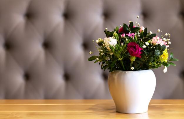 신선한 부케와 작은 꽃병과 현대 거실 인테리어 디자인
