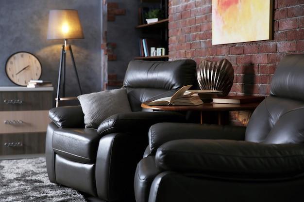 가죽 안락 의자가있는 현대 거실 인테리어