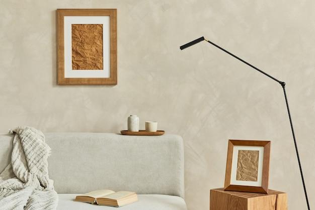 흰색 모의 포스터 프레임과 개인 액세서리가 있는 현대적인 거실 인테리어 template