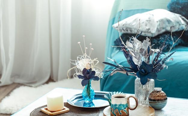 モダンなリビングルーム、花瓶に造花、木製ライトテーブルの家の装飾アイテム。