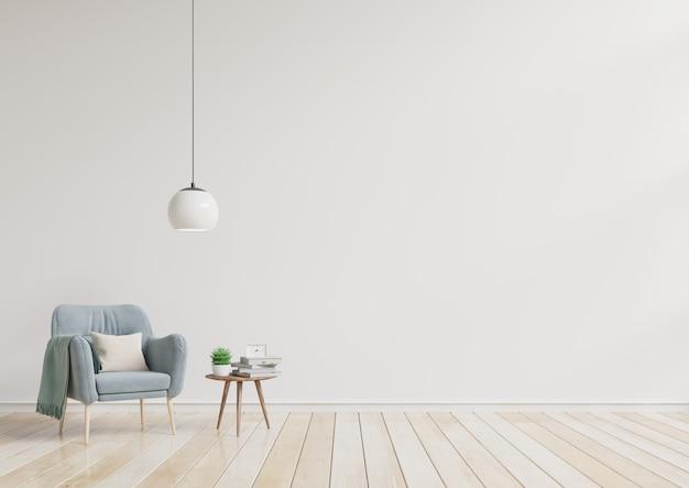 Современная живущая комната с голубым креслом и деревянными полками на деревянном настиле и белой стене.