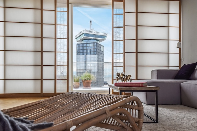 快適な家具と街の高層ビルの景色を望むモダンなリビングルーム