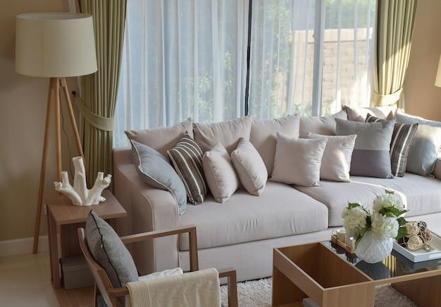 Современная гостиная с диваном и деревянной лампой дома