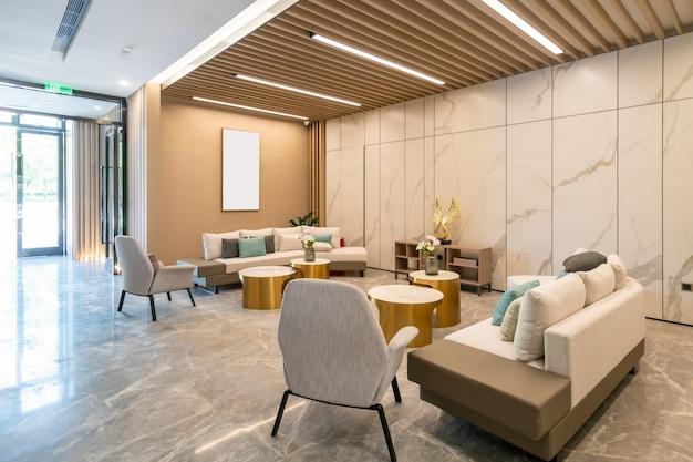 Отделка современных гостиных с мраморными стенами