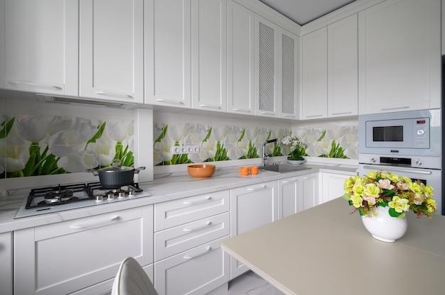 Современная роскошная кухня и столовая