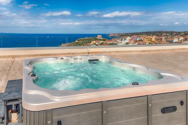 Современный роскошный бассейн с гидромассажем и видом на город санта-тереза-галлура.