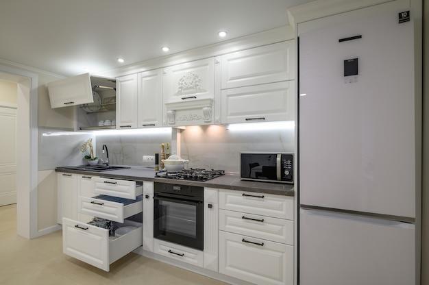 Современный роскошный белый интерьер кухни
