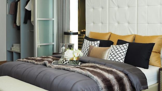 집에서 현대 럭셔리 침실