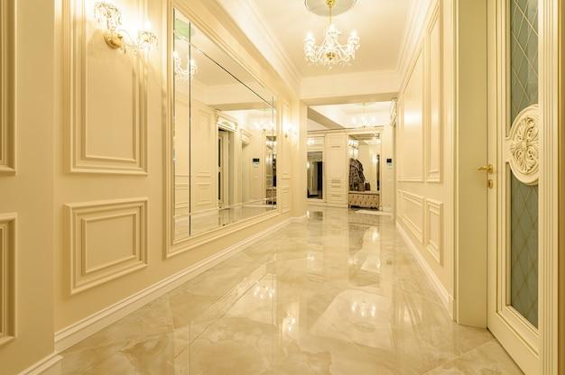モダンで豪華なベージュと金色の廊下とエントランスホール