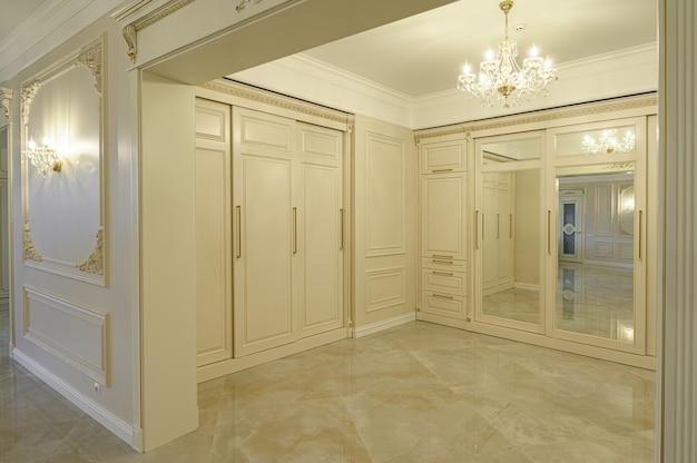 モダンで豪華なベージュと金色のエントランスホール