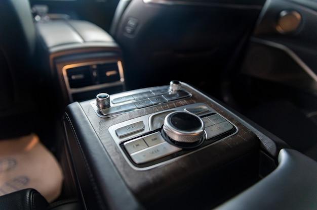 Центральная консоль современного роскошного автомобиля для задних пассажиров