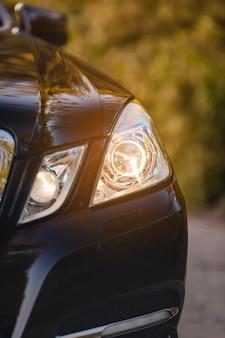 Современные роскошные автомобильные фары крупным планом