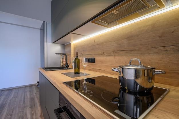 Современная роскошная темно-серая кухня