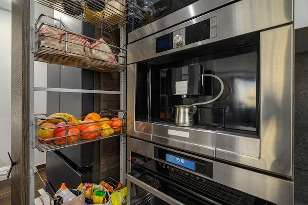 식탁과 수직 서랍이 있는 현대적인 고급 대형 갈색 주방