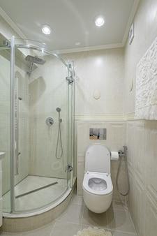 モダンで豪華な白とクロムのバスルーム