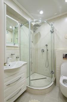 현대적인 고급스러운 흰색과 크롬 욕실