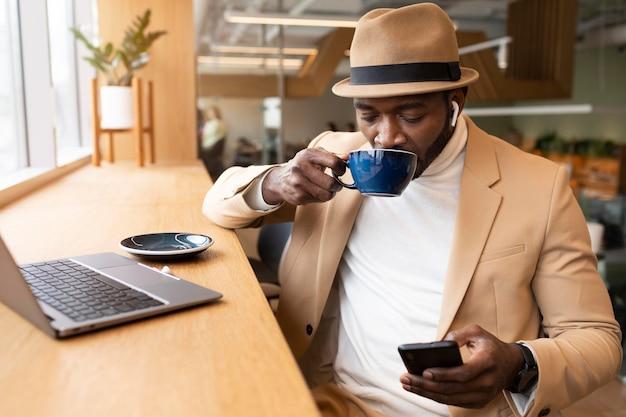 Uomo moderno che fa affari in un caffe
