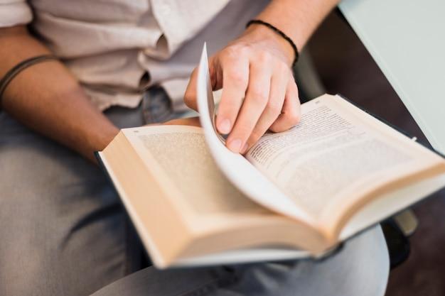 Современный человек, чтение на диване