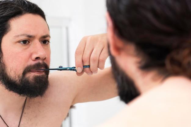 Современный мужчина заботится о своей бороде