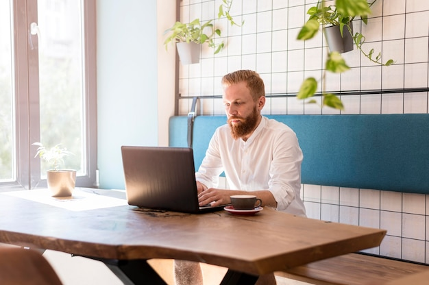 Современный человек, работающий на своем ноутбуке