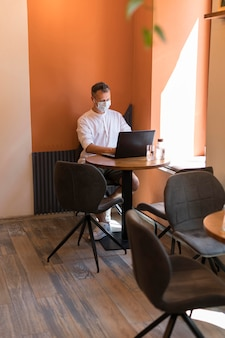 Современный человек, работающий на ноутбуке в офисе
