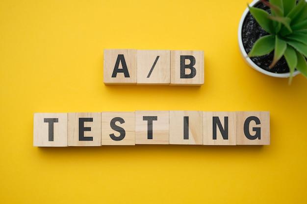 Современное маркетинговое модное слово - тестирование a и b. вид сверху на деревянный стол с блоками. вид сверху.