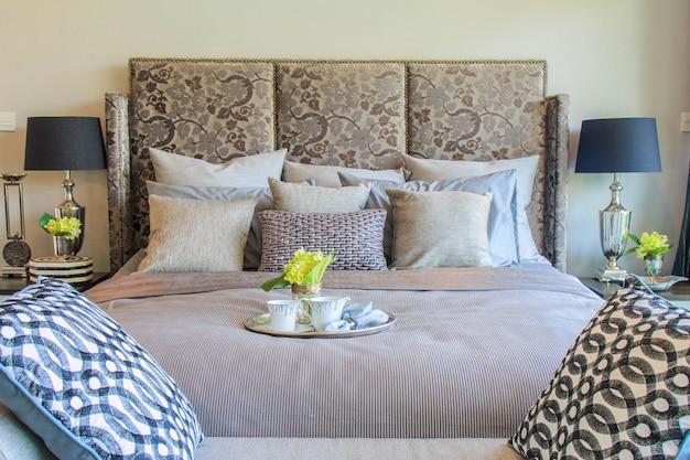 Современная спальня с роскошной мебелью и аксессуарами