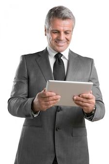 Современный зрелый бизнесмен ищет и работает над цифровым планшетом, изолированным на белом фоне