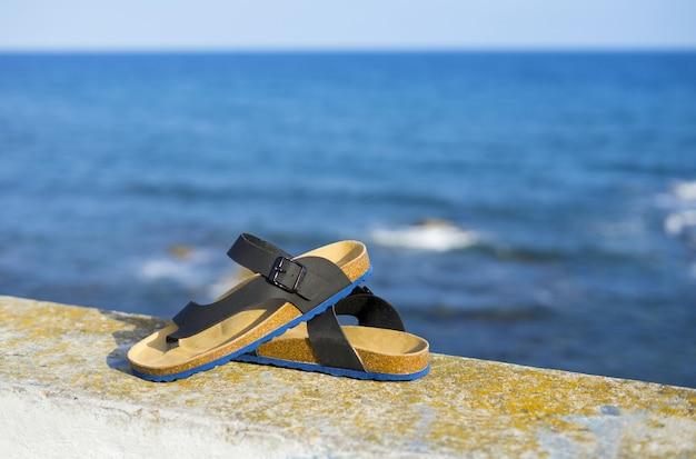 여름 스타일의 해변 휴가를 위한 현대적인 남성용 가죽 샌들