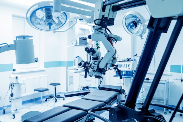 Современный микроскоп для операций в операционном зале при больнице.