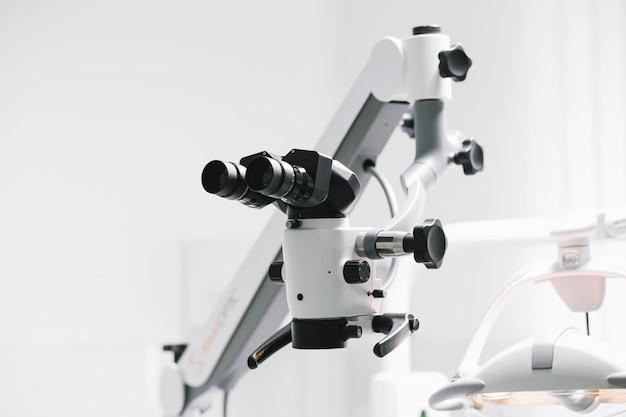 실험실에서 현대 현미경입니다.