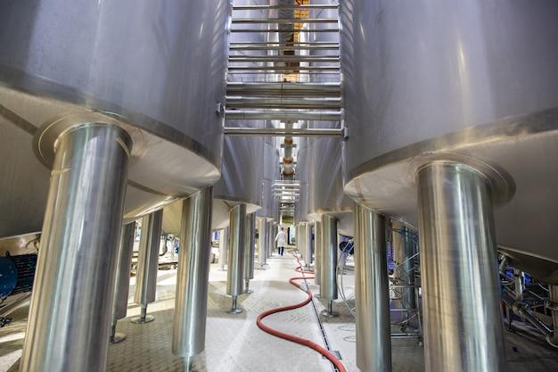 스테인리스 스틸 다리 지지대가 있는 현대식 우유 저장고