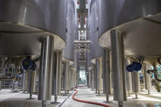 Современный молочный погреб с резервуарами для опор из нержавеющей стали.