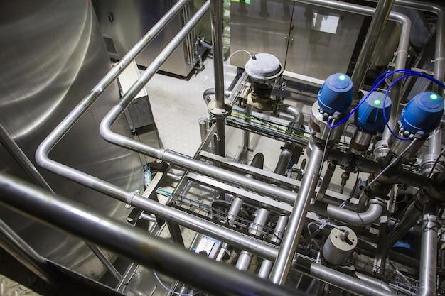 스테인리스 스틸 파이프라인과 밸브가 있는 현대식 우유 저장고