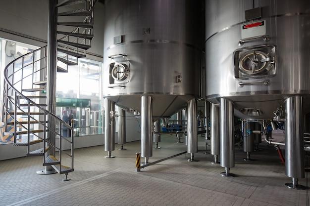 계단용 스테인리스 스틸 탱크가 있는 현대식 우유 저장고