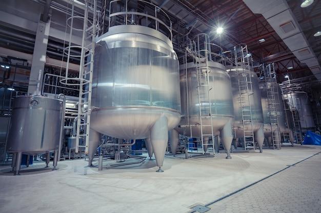 스테인리스 스틸 탱크 산업이 있는 현대식 우유 저장고