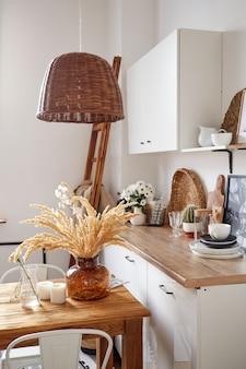 에코 스타일의 현대 최소한의 홈 인테리어. 트렌디 한 스타일의 자연스럽고 밝은 아파트입니다. 장식용 밀짚 램프.