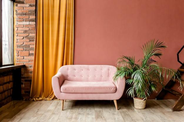 ピンクのソファとトロピカルパームのストローバッグを備えたモダンなミニマリストインテリア
