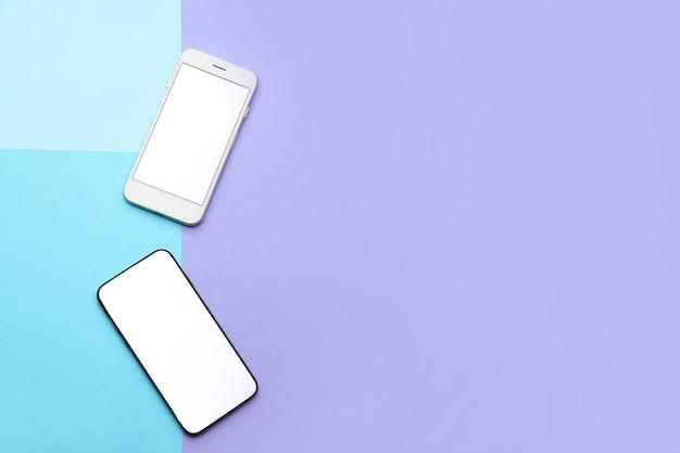 青と紫の現代の携帯電話