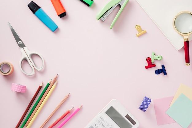 분홍색 배경에 노트북 및 편지지의 평면 누워 현대 모의-창조적 인 작업 공간의 개념