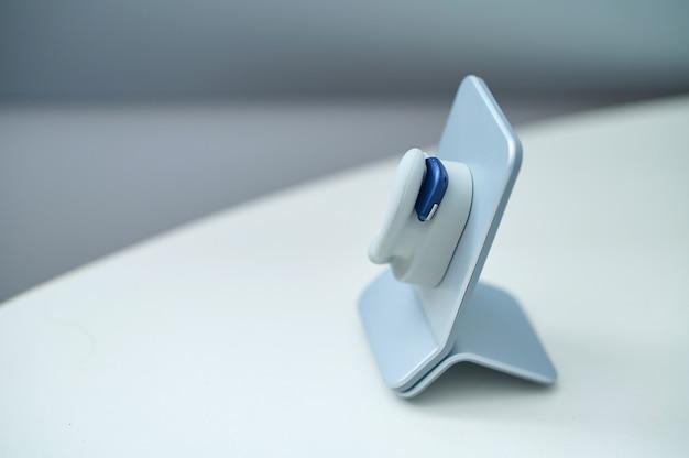 스탠드에 인간의 귀의 현대 모델