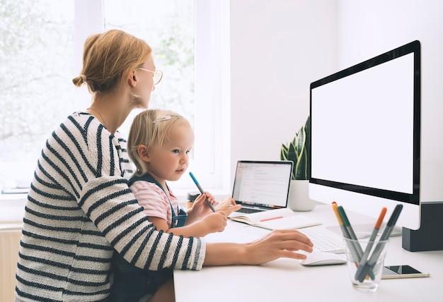 현대 엄마는 병가 또는 격리에 직장과 가정 교육 사이의 균형